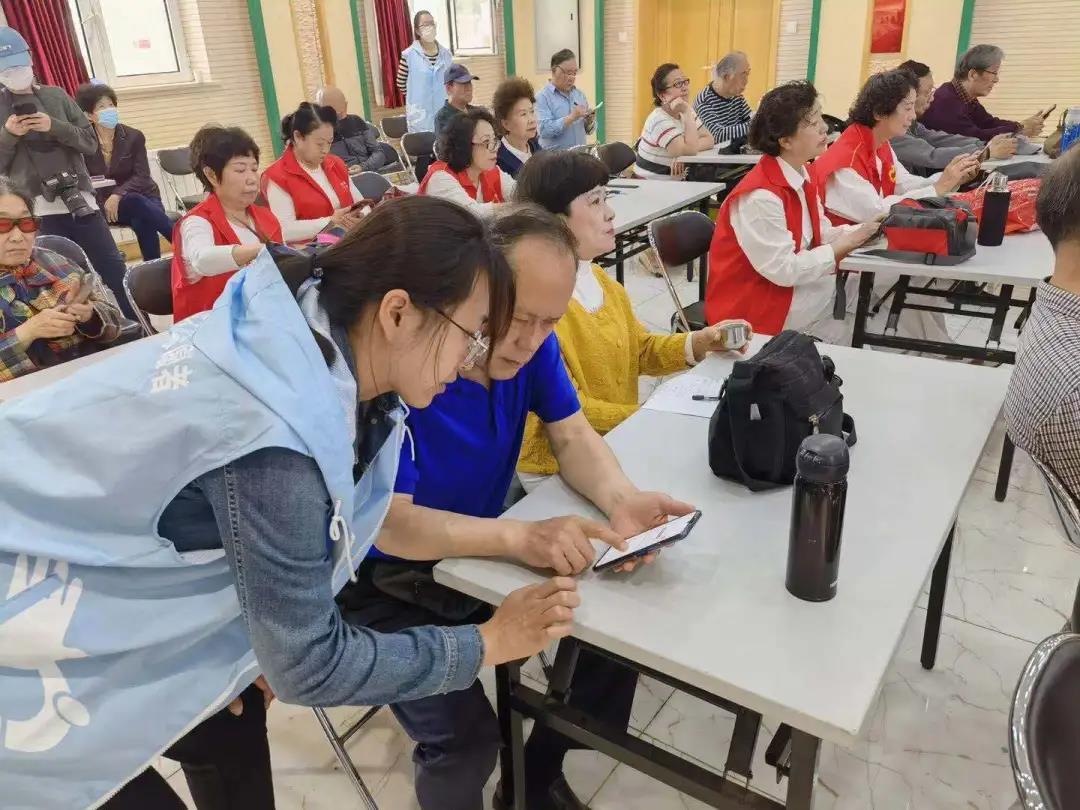 """西城區第二文化館開展""""文化讓生活更美好——您教我用筷子,我教您用手機""""志愿服務活動"""
